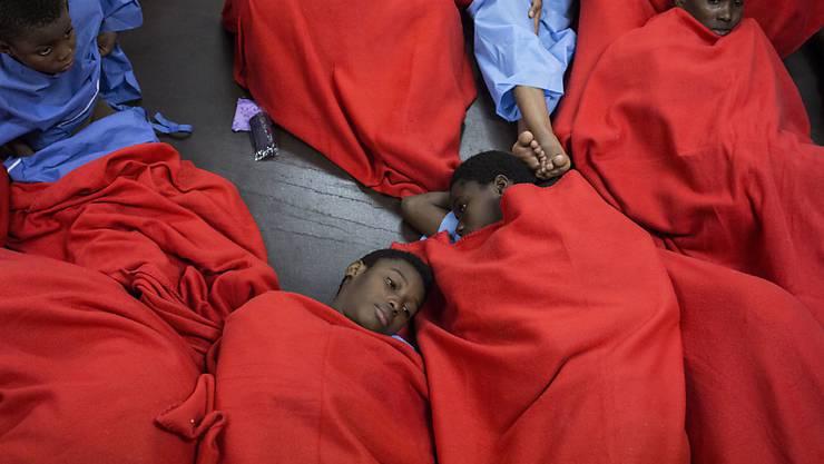 Im Mittelmeer aufgebrachte Flüchtlinge liegen an Bord eines Rettungsschiffes. (Archivbild)