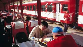 Touristen reisen immer häufiger per Bahn durch die Schweiz - etwa im Panoramawagen des Glacier Express. (Archivbild)