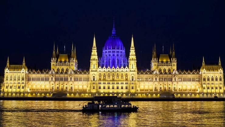 Parlamentsgebäude in Budapest: In der ungarischen Hauptstadt gingen die Übernachtungspreise am stärksten zurück.