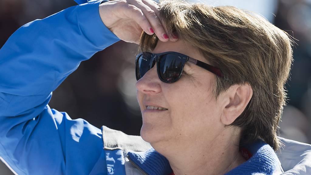 Bundesrätin Viola Amherd verfolgt im Februar interessiert die Weltcup-Abfahrt in Crans-Montana