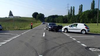 Überholmanöver bei Kreuzung – Kollision mit abbiegendem Auto