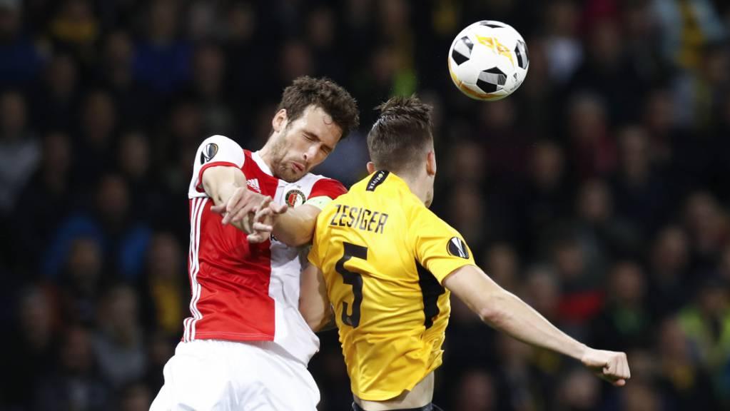 Die Young Boys überzeugten vor allem in der Defensive: Cedric Zesiger im Duell mit Feyenoords Botteghin.