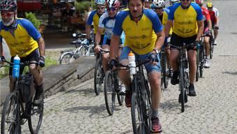 Vorsicht, die Militärradfahrer kommen: Chef Walter Riedwyl (Mitte) führt das Peloton bei einer Trainingsfahrt an. rubu