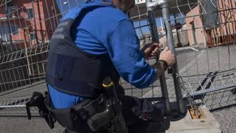 Grenzübergang geschlossen: Seit Mittwoch wird im Tessin der Grenzverkehr aus Italien auf die grösseren Übergänge kanalisiert, um die Ausbreitung des Corona-Virus besser kontrollieren zu können.