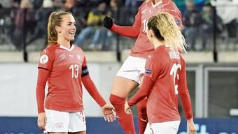 Ramona Bachmann (Mitte) bejubelt das 2:0, einen ihrer drei Treffer.