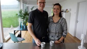 Julia Max und Stefan Schneeberger im Wohnzimmer ihres Neubaus am Dorfrand von Lommiswil.