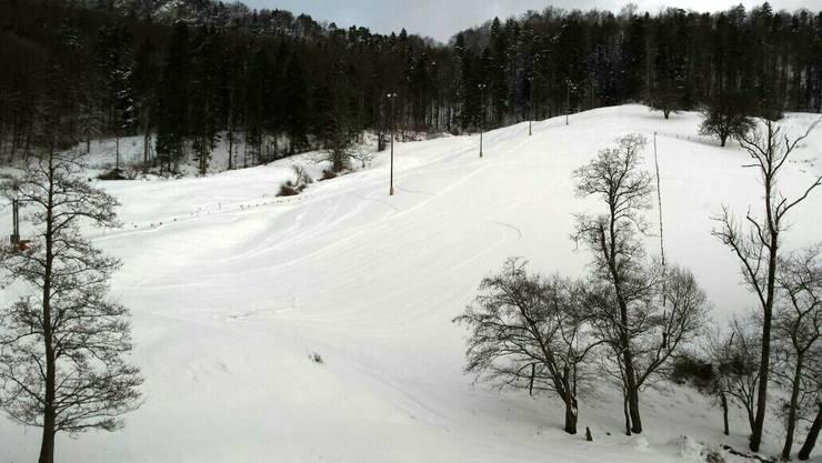 Links erkennt man den Skilift und in der Mitte die Beleuchtung fürs Nachtskifahren