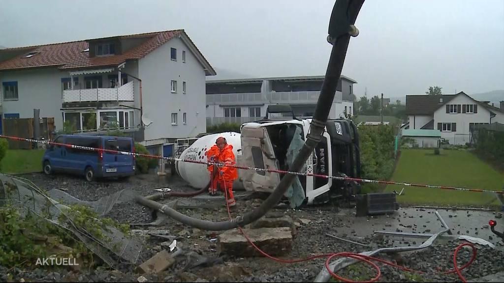 Lastwagen kippt von der Strasse in Garten von Mehrfamilienhaus