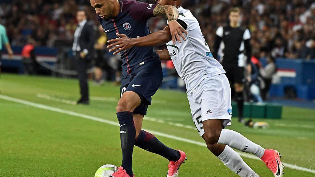 Saidy Janko (rechts) im Dress von Saint-Etienne im Zweikampf mit PSG-Spieler Layvin Kurzawa