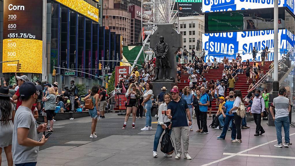 Das Times Square Riesenrad bietet Besuchern einen Blick den es so noch nicht gab. Aus 30 Meter Höhe kann der Times Square bestaunt werden. Das Riesenrad zwischen der 47. und 48. Straße, wird bis zum 14. September geöffnet sein. Foto: Ron Adar/SOPA Images via ZUMA Press Wire/dpa