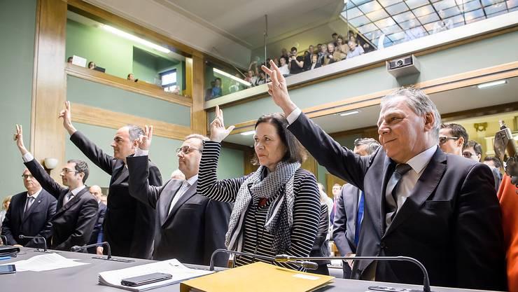 Frederic Favre (PLR), Christophe Darbellay (PDC), Roberto Schmid (PDC) Esther Waeber-Kalbermatten (PS) et Jacques Melly (PDC) prettent sermon lors de l'assermentait du nouveau Conseil d'Etat valaisan au Grand Conseil de Sion ce lundi 27 mars 2017. (KEYSTONE/Olivier Maire)