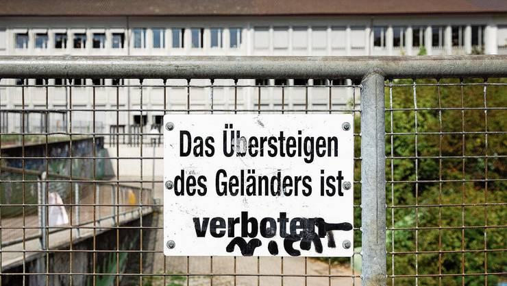 Nicht immer drückt sich Unmut im Neuenhofer Schulareal mit einer solchen harmlosen Sprayerei aus.