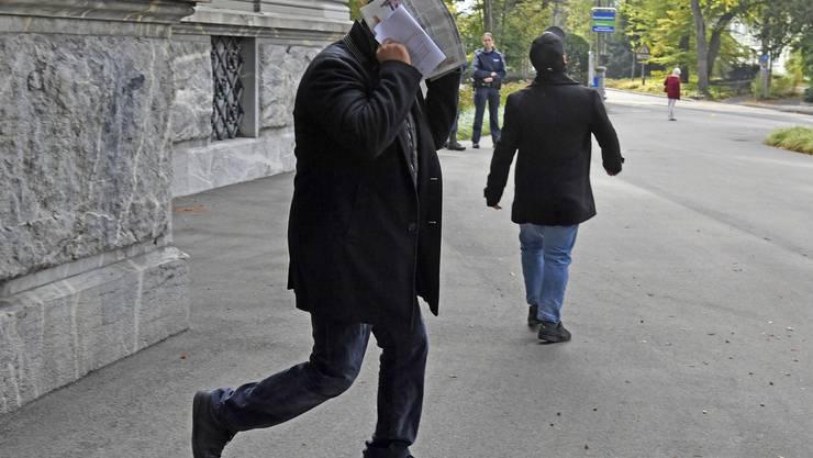 Ein Angeschuldigter verlässt das Gerichtsgebäude.