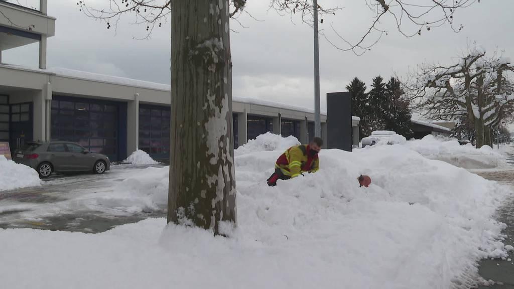 Suchaktion Feuerwehren müssen Hydranten von Schnee befreien