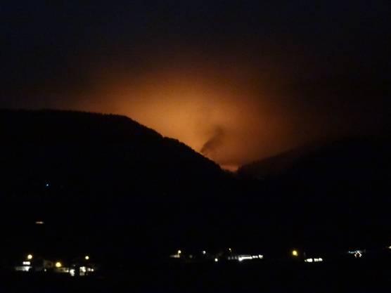 Der Brand ist von weither zu sehen