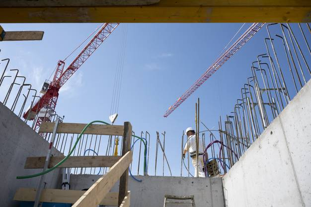 Auch die Bauarbeiter müssen wenn immer möglich den Abstand von zwei Metern einhalten.