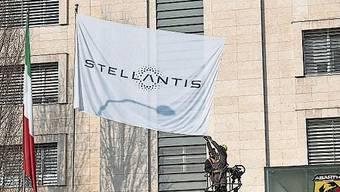 Eine Flagge mit dem Stellantis-Logo vor dem FCA-Werk in Turin.