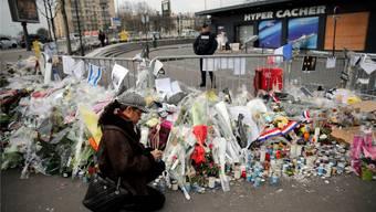 Die Blumen vor dem «Hyper Cacher» verwelken – und die «Je suis Charlie»-Entente ist ein Scherbenhaufen.Christophe Ena/AP/Keystone