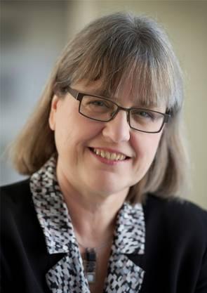 Ein Nerd will sie nicht sein. «Wer möchte schon Sonderling oder Streber genannt werden?», fragte Donna Strickland 2010 in einem Zeitungsinterview mit Blick auf die erfolgreiche Physik-Sitcom «The Big Bang Theory». Sie bevorzuge die Beschreibung «Laser-Enthusiast». Seit 1997 lehrt Strickland in Kanada an der Universität Waterloo, 30 Autominuten von ihrer Geburtsstadt Guelph entfernt. Ihre Doktorarbeit hatte sie mit Gérard Mourou in Rochester in den USA geschrieben. Zu ihren Fachgebieten gehören Laser-Materie-Interaktionen, nichtlineare Optik und Lasersysteme. Für ihre Forschung erhielt sie schon mehrere Auszeichnungen. Mit Laser-Forscher Douglas Dykaar hat sie zwei Kinder. (SDA)