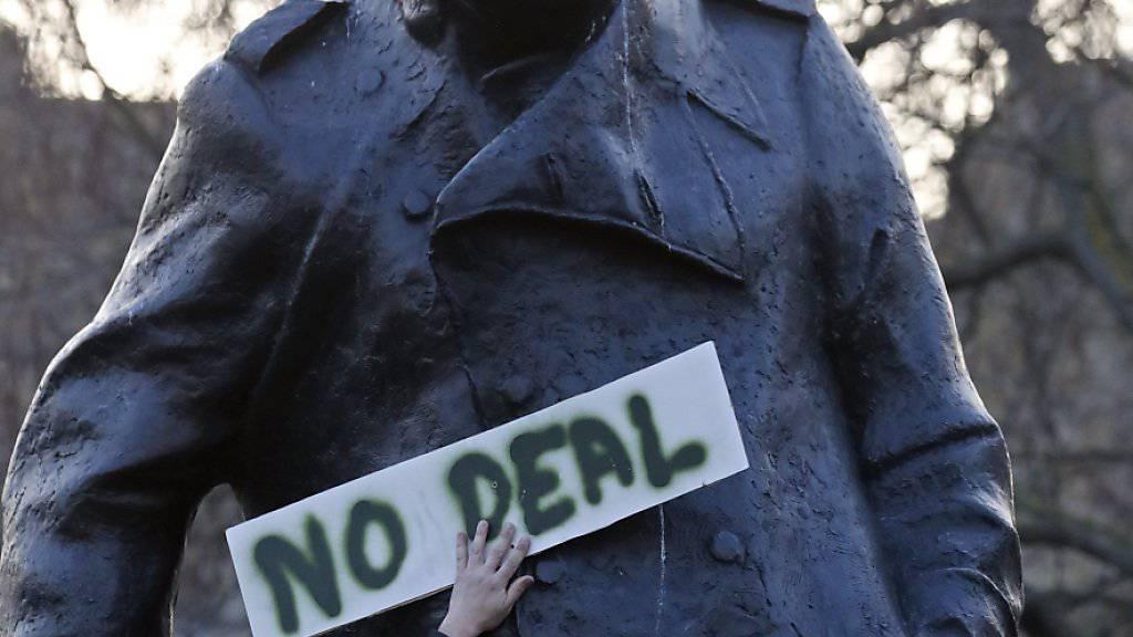 Brexit-Befürworter versammeln sich vor einem Churchill-Denkmal in London.