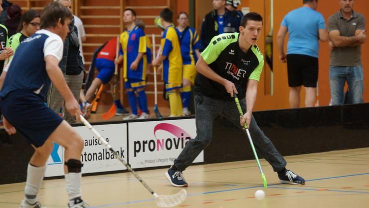 Wo steht mein Mitspieler? Der Stürmer der «Limmattaler Fighters» (schwarzes Dress) spediert den löchrigen Plastikball vors gegnerische Tor.