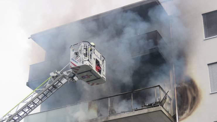 Brand in einem Mehrfamilienhaus in Spreitenbach: Die Wohnung ist verwüstet. Ursache ist wahrscheinlich fahrlässiger Umgang mit Raucherwaren.