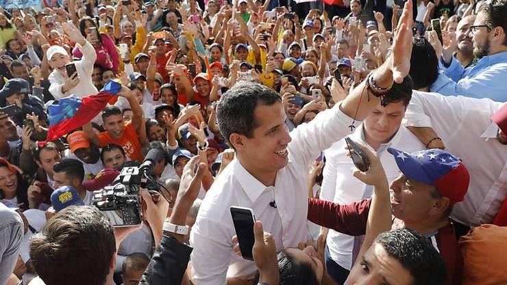 Venezuelas Oppositionsführer Juan Guaidó (Mitte) hat am Samstag seinen Anhängern erneut Mut gemacht, dass die Regentschaft von Staatschef Nicolás Maduro bald zu Ende sein werde.