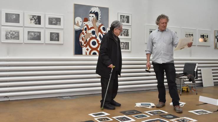 Künstler und Goldschmied Peter Säuberli (links) inmitten seiner Werke zum Karneval in Venedig mit Aufbau-Helfer Hansruedi Steiner.