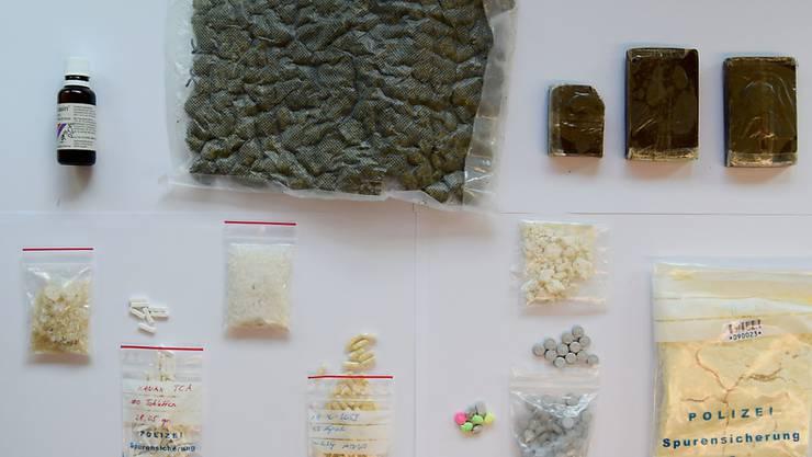 Eine Auswahl der von den Luzerner Strafverfolgungsbehörden beschlagnahmten illegalen Substanzen.