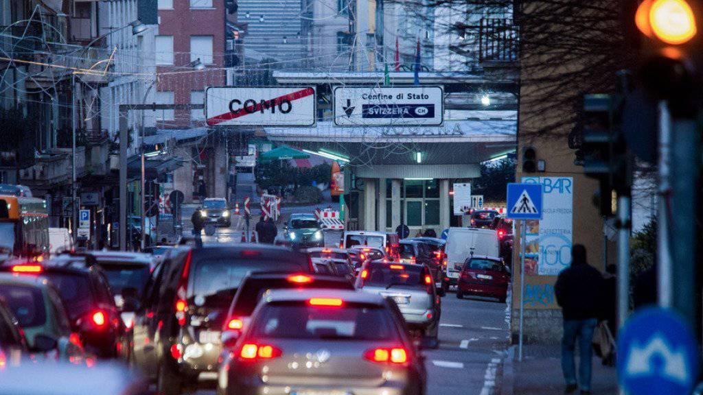 Das Parlament will nicht, dass der Kanton Tessin selbst Höchstzahlen für Grenzgänger festlegen kann. Im Bild Grenzgänger aus Italien unterwegs zu ihren Arbeitsstellen im Kanton Tessin. (Archivbild)