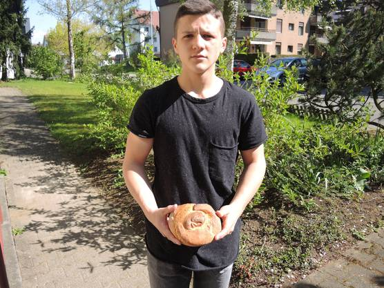 Artan präsentiert eines der Brote.