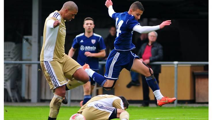 Wacker scheiterte auch an der Hürde Bellach: Mathias Mejeh und Sasa Mrkota (in gold) stoppen Wackers Mohamed Hamad (blau).