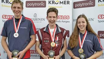 Spitzbübische Freude von Sieger Kevin Plaz vor dem Freiämter Duo Dominik Lörtscher (links) und Selina Koch.
