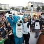 """Die Schweizer Para-Athletin Celine van Till präsentiert in Lausanne zusammen mit Maskotchen """"Yodli"""" das olympische Feuer für die Winter-Jugendspiele."""