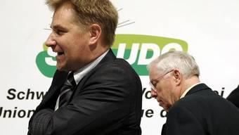 Verlassen die Parteileitung gemeinsam: Toni Brunner, noch Präsident, und SVP-Übervater und Vize-Präsident Christoph Blocher (rechts). (Archiv)