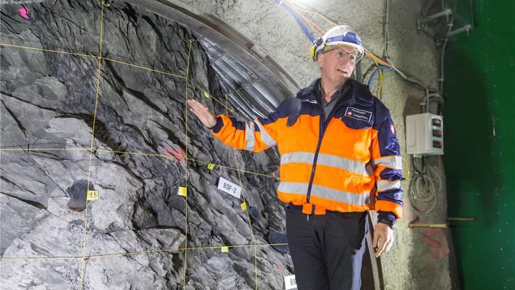 Direktor Paul Bossart zeigt eine Störzone im Opalinuston, wo das Gestein dunkler ist.