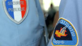 Die Zusammenarbeit zwischen der französischen und der Genfer Polizei führte zur Festnahme mehrerer Männer, die verdächtigt werden, im August fünf Frauen in Genf brutal angegriffen zu haben. (Symbolbild)
