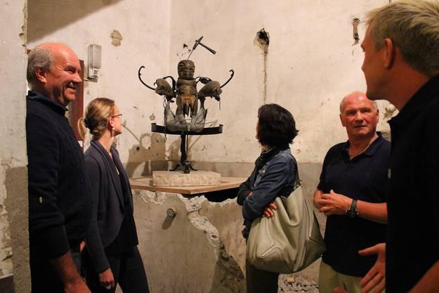 Kurator Thomas Gantner (r.) und Brennerei-Besitzer Alfred Maienfisch (2.v.r.) mit den Gästen vor einer Skulptur Daniel Spoerris.