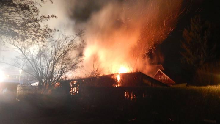 Die Lagerhalle brennt am Samstagabend lichterloh.