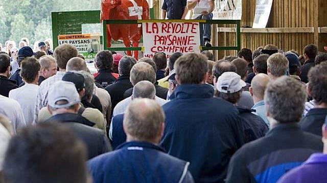 Rund 200 Bauern versammeln sich in Paézieux