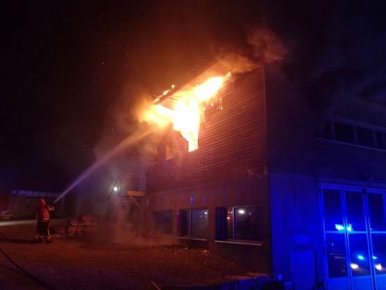Ein Brand im Forstbetrieb in Zeihen hat in der Nacht auf Samstag einen Sachschaden mehreren 10'000 Franken verursacht. Verletzt wurde niemand. Bei der Brandursache steht laut Kantonspolizei eine technische Ursache im Vordergrund.