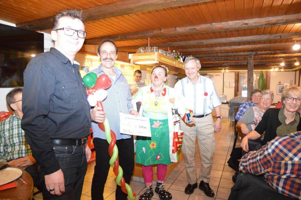 Mit Stolz kann Roland Hug einen Check von 7'700 Franken übergeben. (© zVg)