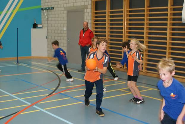 Urdorf (in Orange) gegen Volketswil im Jägerball (2)