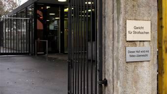 Wer trägt bei notorischen Klägern die Verfahrenskosten (im Bild das Basler Strafgericht)? Das ist umstritten.Ken