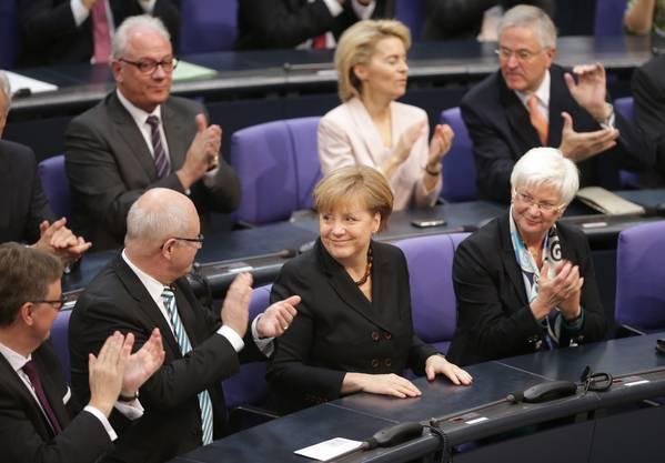 Applaus von links und rechst: Die neue Bundeskanzlerin ist die die Alte. Mit 462 Stimmen wurde Angela Merkel im Bundestag glanzvoll für eine dritte Amtszeit gewählt.