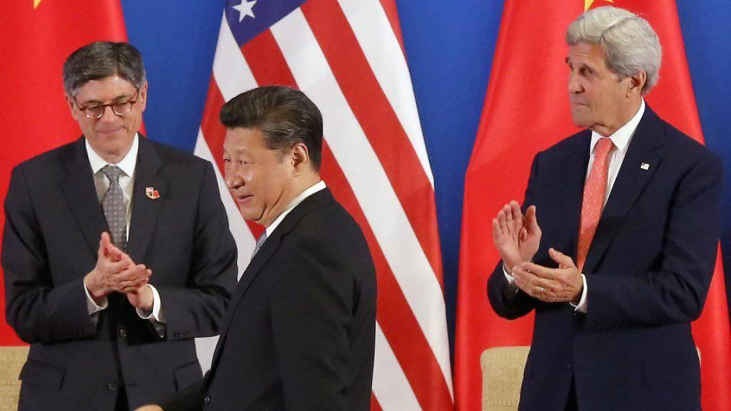 Chinas Präsident Xi Jinping mit US-Aussenminister John Kerry und US-Finanzminister Jack Lew bei der Eröffnung des Dialogs zwischen China und den USA.