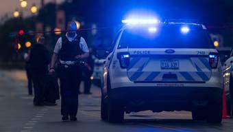 Unbekannte gaben in Chicago Schüsse aus einem schwarzen Auto auf Gäste einer Beerdigung ab.
