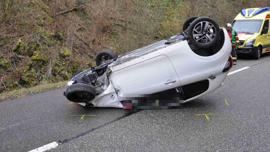 Das Unfallauto überschlug sich und schlitterte auf dem Dach rund 70 Meter weit.