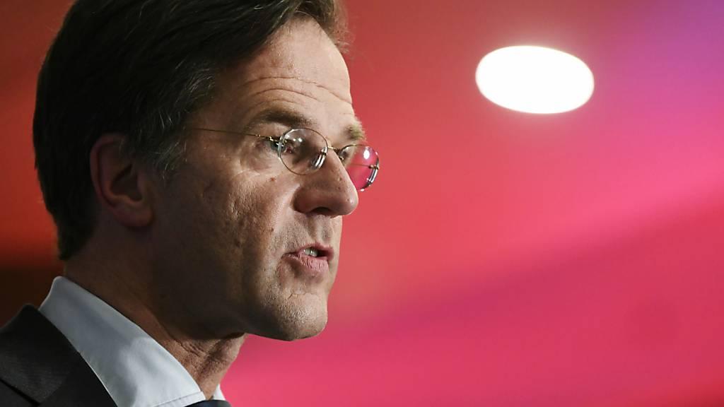Mark Rutte, Minsterpräsident der Niederlande, spricht nach der Parlamentswahl mit Journalisten. Foto: Piroschka Van De Wouw/Pool Reuters/dpa