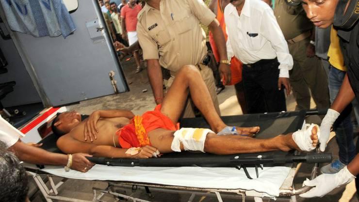 Ein verletzter Gläubiger wird in Ranchi ins Spital eingeliefert - für viele Pilger kam jedoch jede Hilfe zu spät.